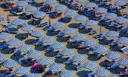 Csíkos napernyő